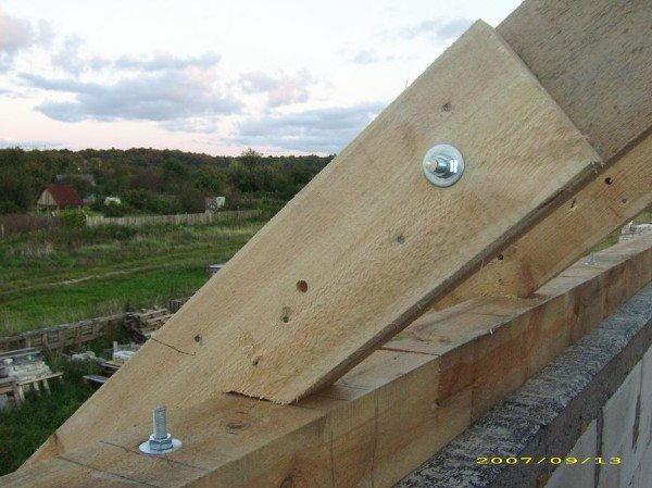 Соединения на болтах часто применяют для создания крыши, поскольку они считаются самыми надежными и соответствуют условиям эксплуатации конструкции