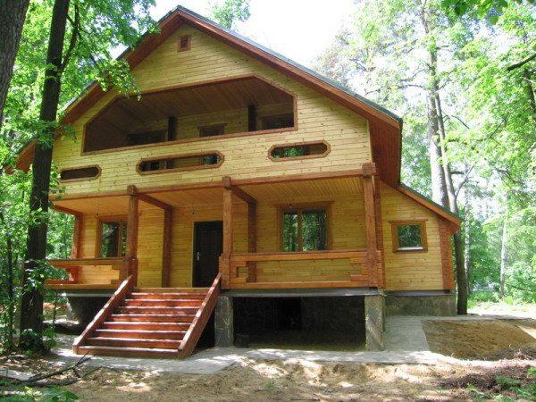 Сохранить фасад поможет ежегодная пропитка защитными грунтовками для древесины