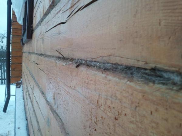 Стена дома с утеплением между венцами