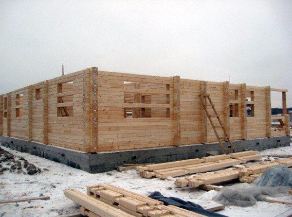 Строительство дома из брусьев.