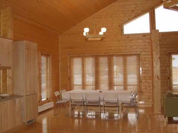 Типичное решение для деревянного дома: стены после шлифовки дефектов покрыты лаком.
