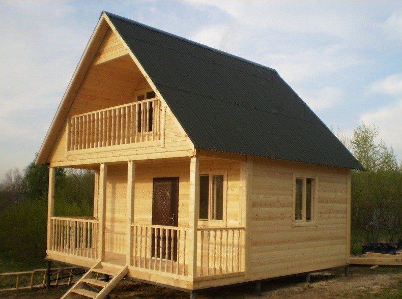Удобные деревянные летние домики на дачных участках оздоровительно контрастируют с шумными мегаполисами.