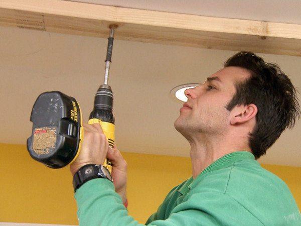 Установка бруса на потолок