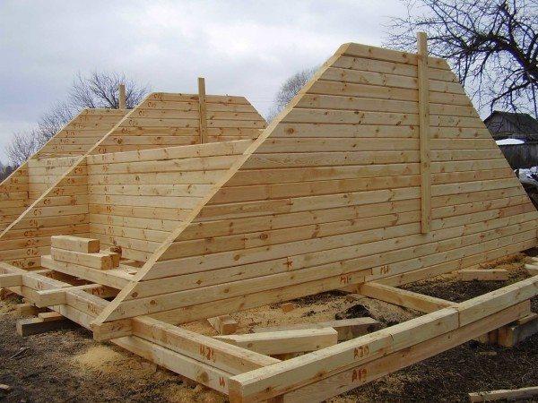 Вариант изготовления кровли из древесины крупных габаритов, что делает конструкцию довольно тяжелой и дорогостоящей