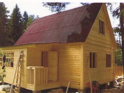 Внешний вид жилого дома 6x8 с небольшой пристройкой.