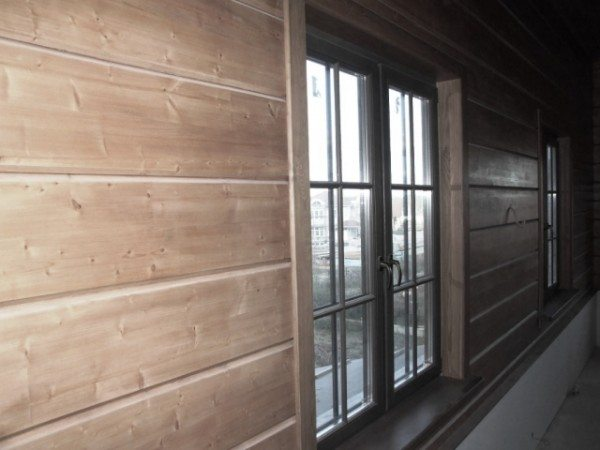 Внутренняя отделка стен имитацией бруса преображает дом окончательно.