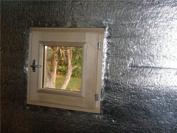 Вот так выглядит пленка с фольгой, которая позволяет задерживать пар и тепло в помещении