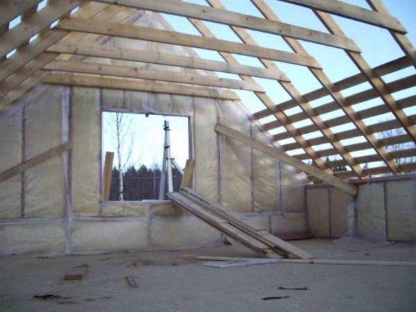 Высоту чердачного помещения (мансарды) определяет горизонтальная связующая стропил
