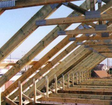 Высоту потолка определяют горизонтальные перемычки между стропилами противоположных сторон