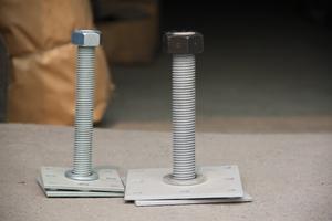 Закладная опора для бруса с анкерами (болтами) для крепления со стеной из бетона и кирпича