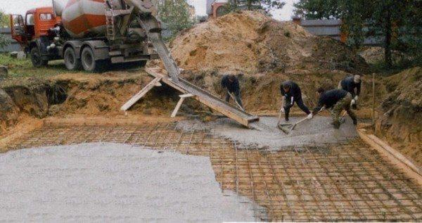 Заливка плитного фундамента.