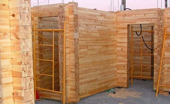 Аккуратно и внимательно собираем стены и коробку дома.