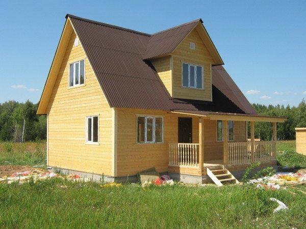 Аккуратный брусовый домик 8 на 9 с мансардным этажом и террасой