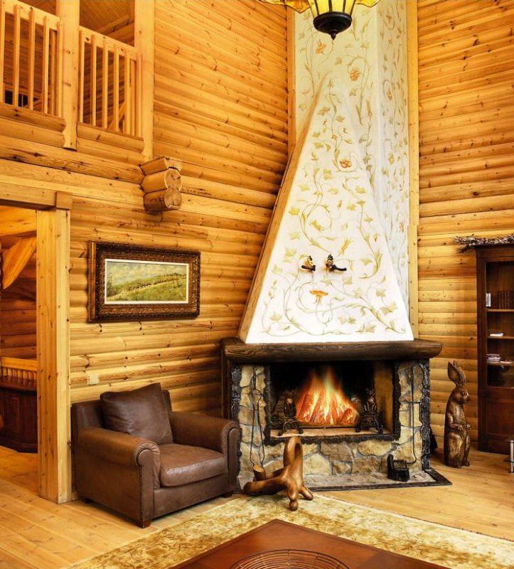 Theksi është në fireplace interesante zbukuruar.  Shënim muret dhe dyshemeja janë lënë në gjendjen e tyre natyrore, e cila tregon shpirtin ngjyra e shtëpive ruse.