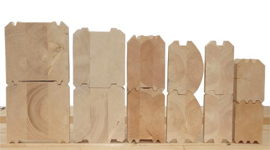 Ассортимент деревянных элементов для возведения дома.
