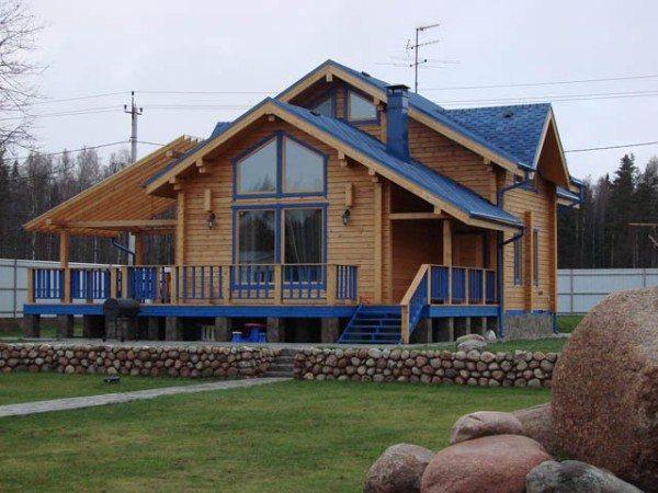 Брусовый дом, построенный по индивидуальному проекту. Очень необычное для дерева, но, тем не менее, гармоничное цветовое решение.
