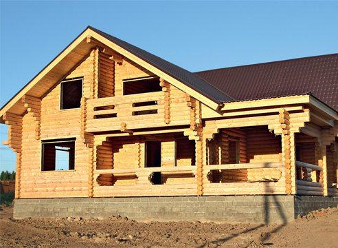 rezidencë lëndë druri, zbukuruar me pikë simetrike në gardhet tarracat dhe ballkonet