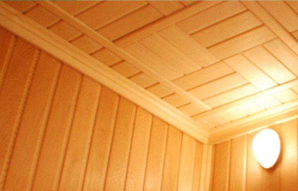 Деревянные плинтуса на примыкании стен и потолка