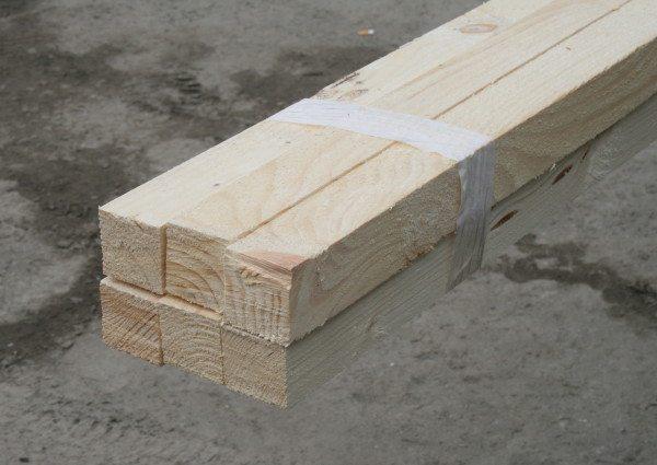 Деревянный брус таких размеров легко помещается в легковой автомобиль, в котором раскладываются задние сиденья