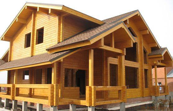 Деревянный дом с оконными и дверными проемами