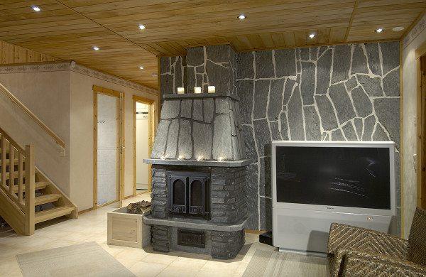 Дизайн гостиной – гармоничное сочетание дерева и каменной отделки