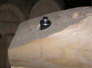 Для крепления первого ряда бруса к металлическому основанию лучше всего использовать болтовые соединения