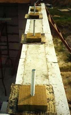 Для усиления перекрытий брус можно фиксировать на специальный посадочный элемент