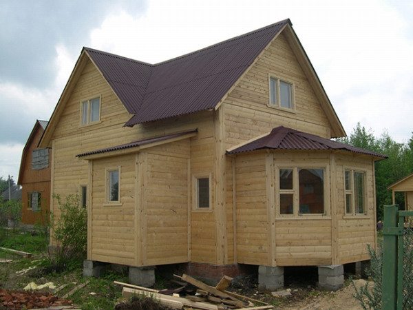 Дом из бруса может спокойно стоять на столбах.