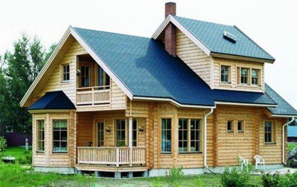 Домовладение, построенное из лиственницы, радует глаз и отражает стиль жизни и предпочтения хозяев