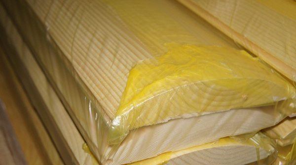 Доски не обязательно вытаскивать из термоусадочной пленки, главное, дать им адаптироваться к климату и температуре.
