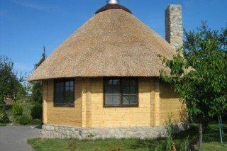 Экологически чистый дачный домик уютно и красиво выглядит и под соломенной крышей.