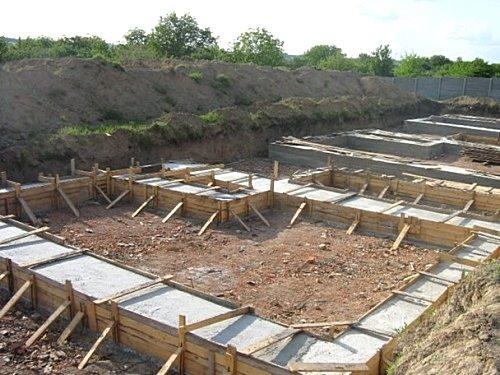 Если вы хотите под домом сделать погреб или подвал, то следует возвести ленточный фундамент. Если грунт под домом рыхлый, влажный или илистый, то следует строить столбчатый фундамент.