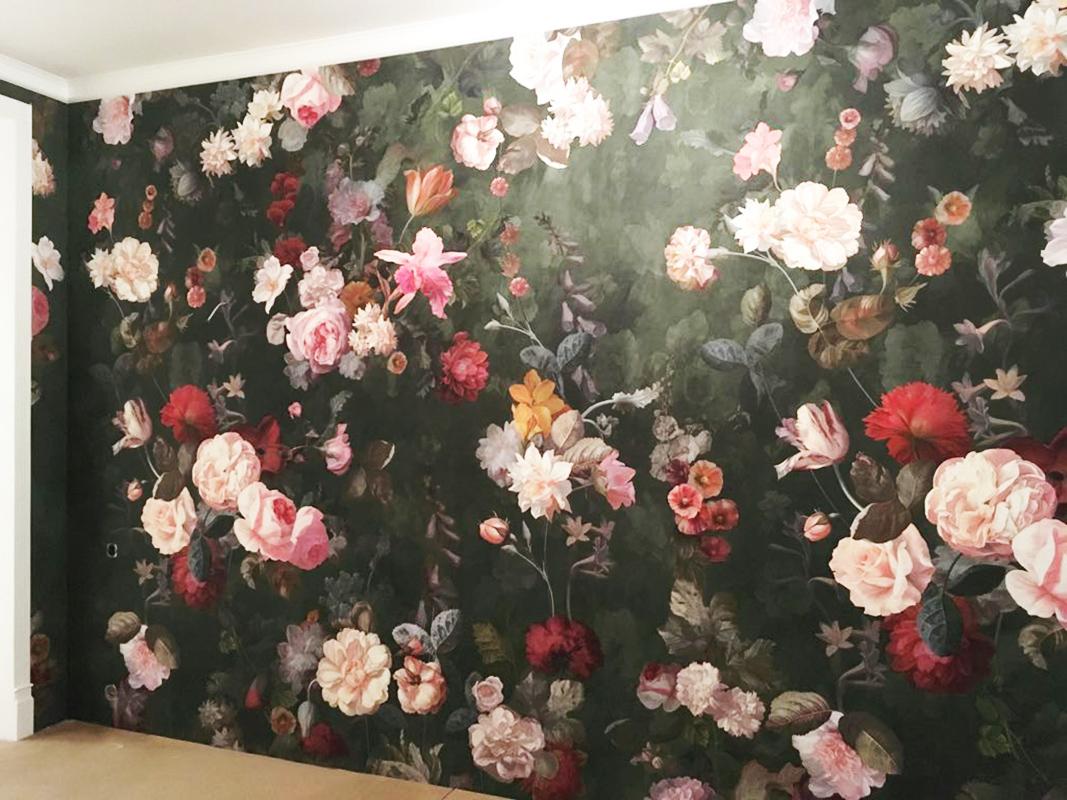 Все стены оклеены фреской с большими цветами
