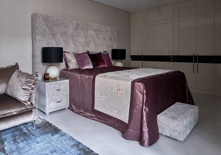 Бежевый, серый и сливовый цвета в спальне Ирины Аллегровой