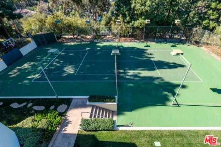 Теннисный корт во дворе