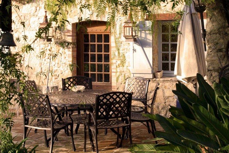 Столик для чаепитий во дворе