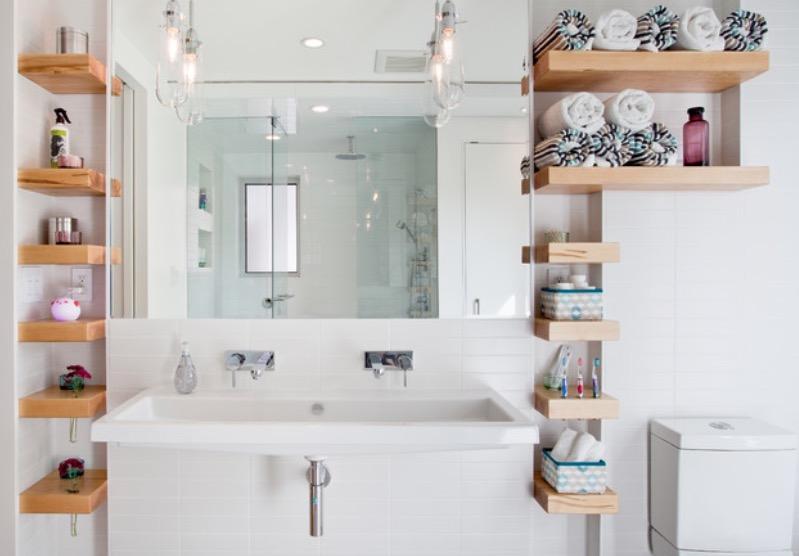 Навесные полки в маленькой ванной комнате