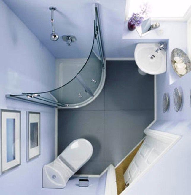 Угловая сантехника в маленькой ванной комнате