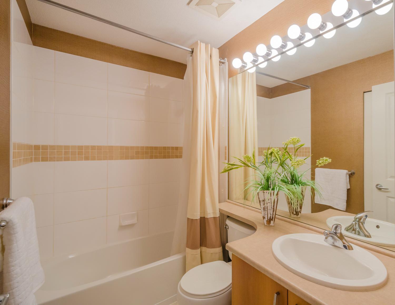 Маленькая ванная комната с большим зеркалом