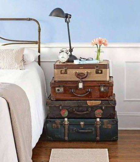 Тумбочка в виде чемодана