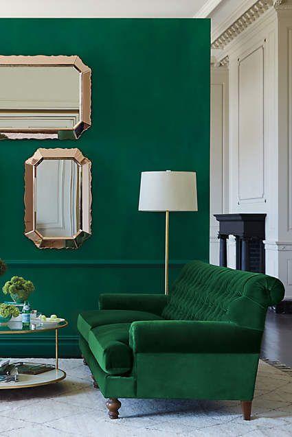 Изумрудно-зеленый на стене