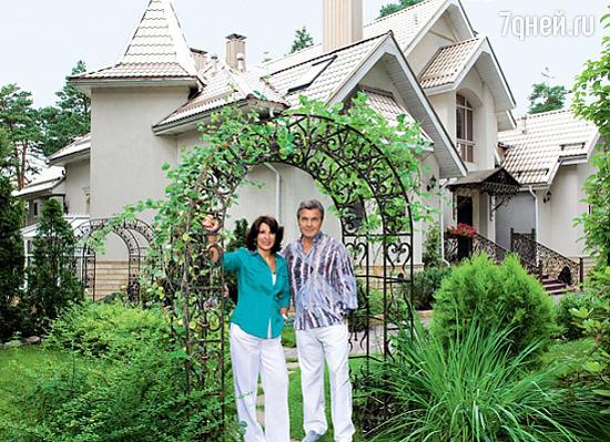 Лев Лещенко вместе с женой Ириной во дворе собственного дома