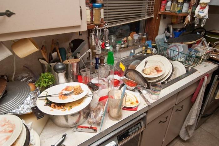 Самая большая часть уборки – мытье посуды, если у вас она не одноразовая.