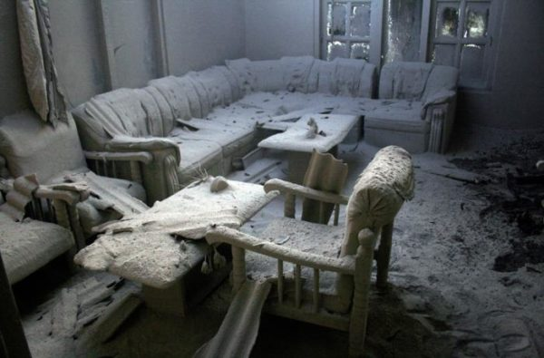 Заброшенный дом накапливает много пыли.