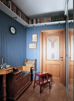 Полочки расположены по периметру комнаты под потолком, не мешают ходить и не «съедают» полезное пространство.