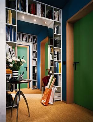 Полки, обрамляющие проходы между комнатами, экономят пространство, т.к. на них можно поместить книги и элементы декора.