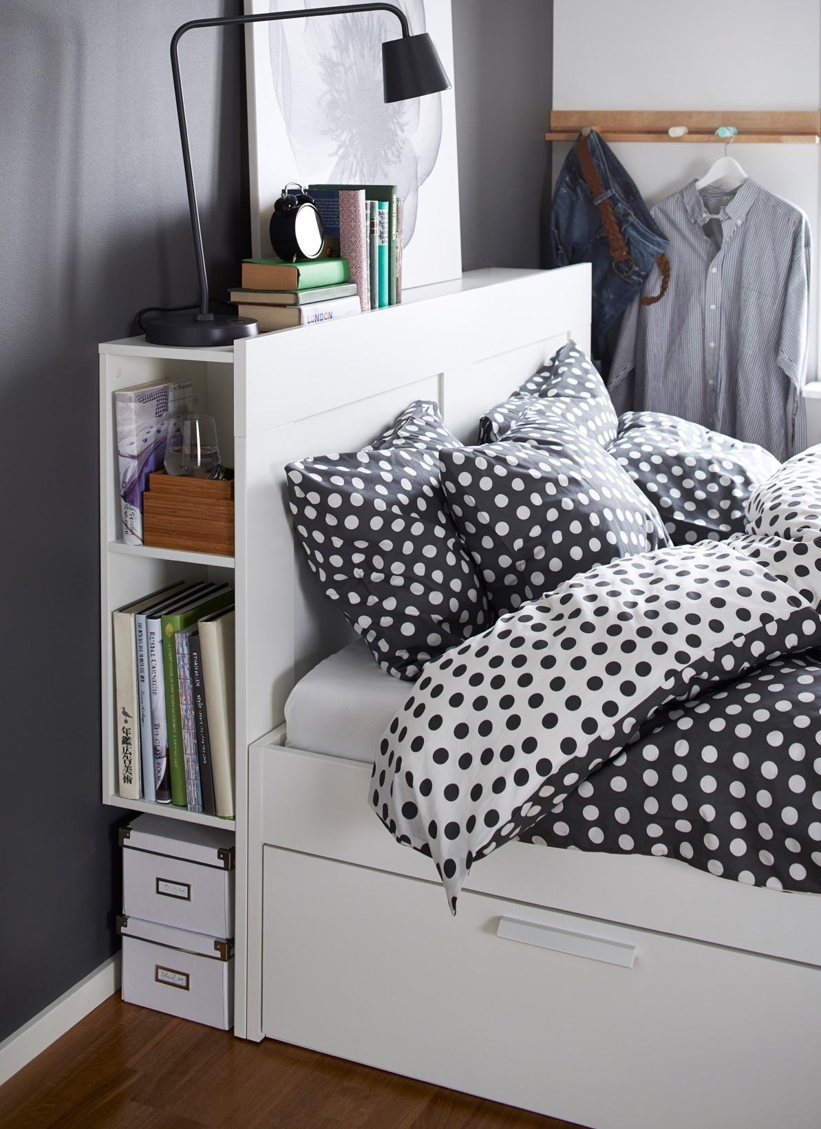 Из спинки кровати может получится замечательный и компактный шкафчик для книг.