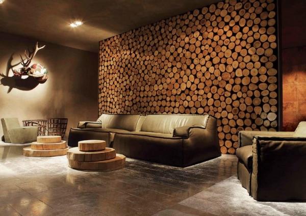 Рога оленя отлично впишутся в интерьер гостиной деревенского стиля.