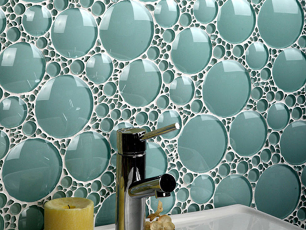 Стена, как-будто украшена мыльными пузырями.