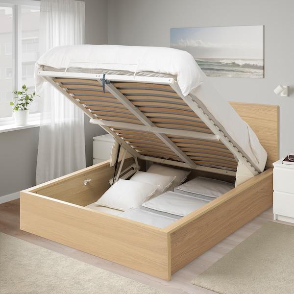 Удобная кровать с подъемным механизмом позволит сэкономить место.